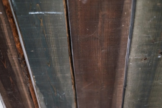 暗い色の木目の板の写真