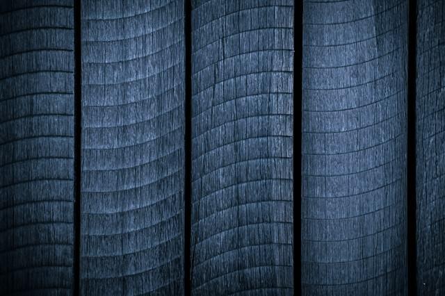 うろこ模様の木の板の写真