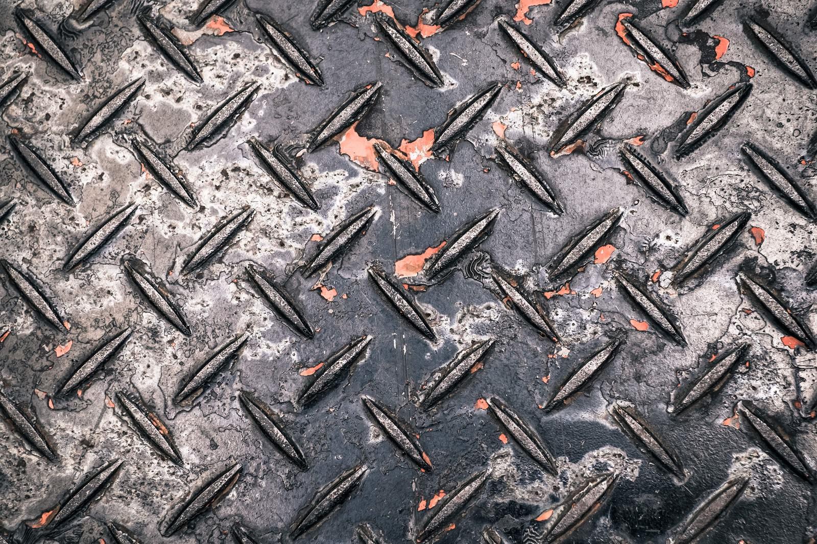 「塗装が剝げた工事現場によくある金属の足場板(テクスチャー)」の写真