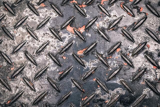 塗装が剝げた工事現場によくある金属の足場板(テクスチャー)の写真