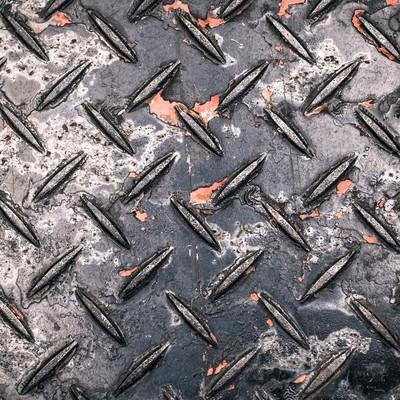 「塗装が剝げた工事現場によくある金属の足場板(テクスチャー)」の写真素材