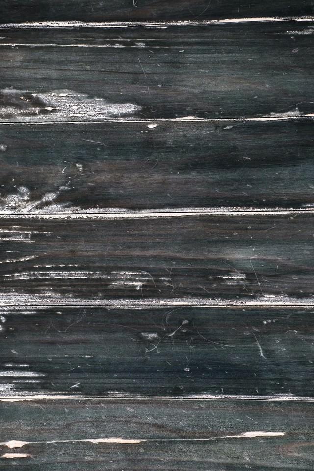 塗装の剥がれてきた木目の写真