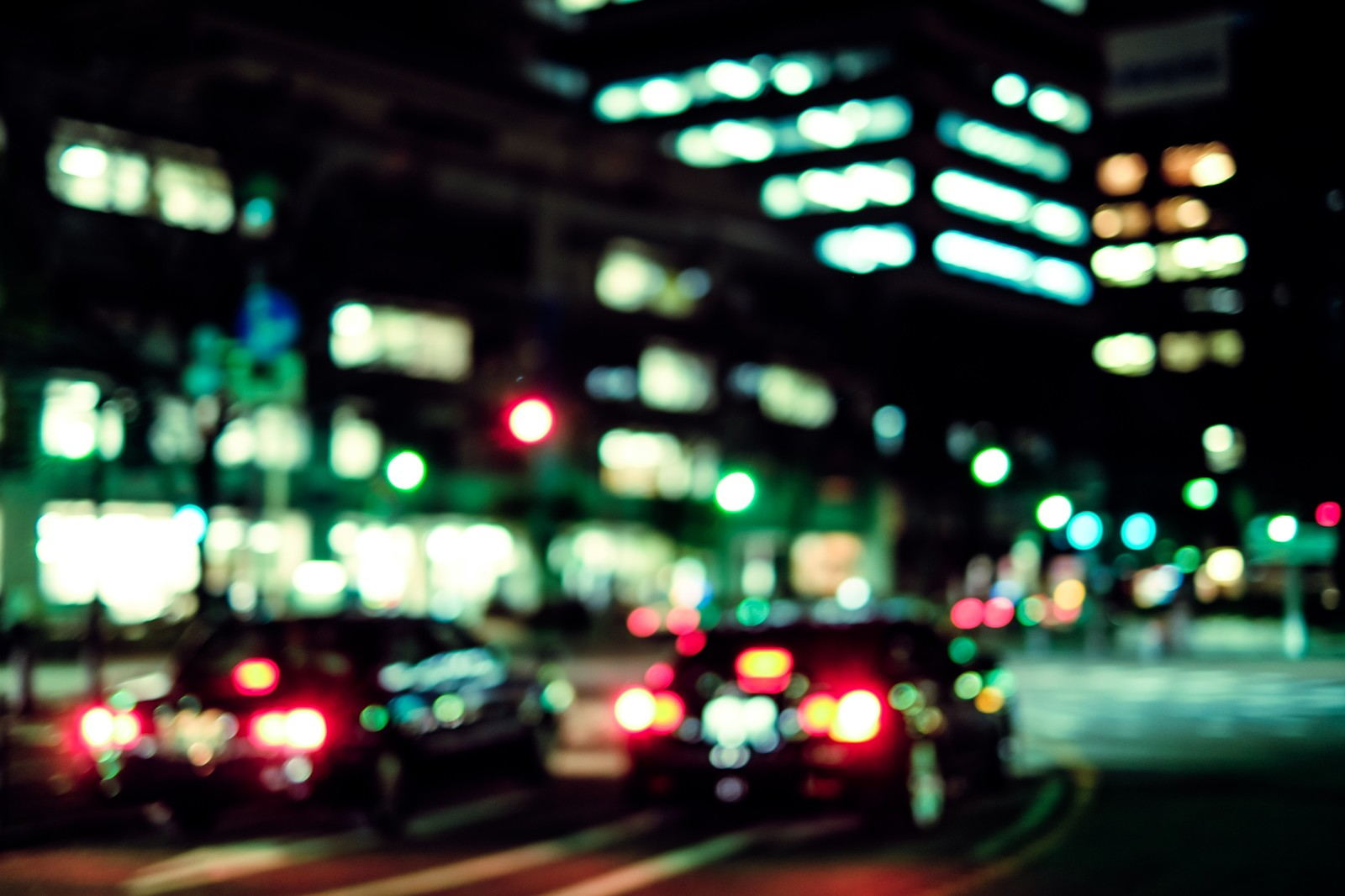 「交通量の多い深夜のオフィス街」の写真