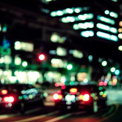 交通量の多い深夜のオフィス街の写真
