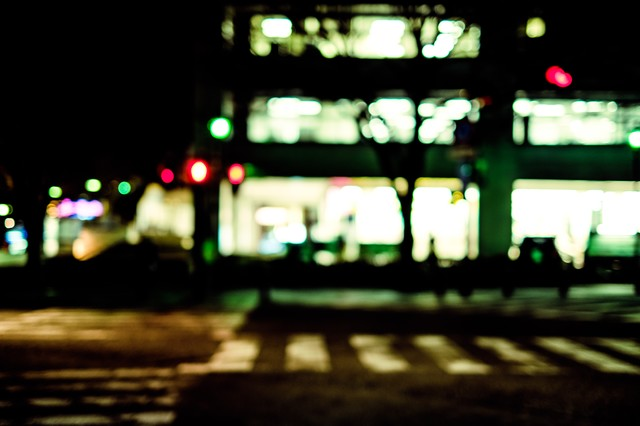 夜間の信号待ち(横断歩道)の写真