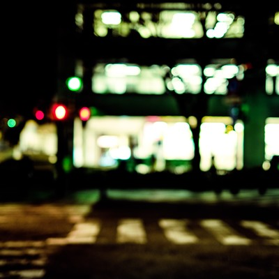「夜間の信号待ち(横断歩道)」の写真素材
