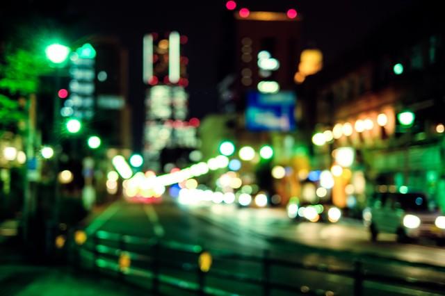 夜道、明るい大通りの写真