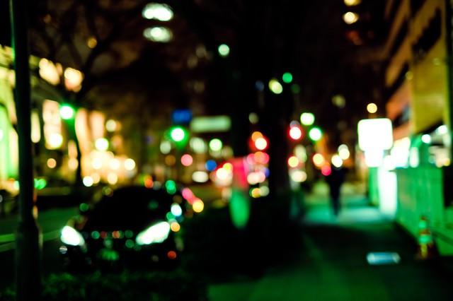 大通りを抜けた横道(夜間)の写真