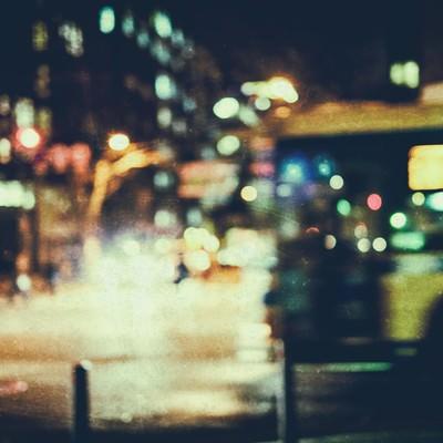 「夜間の交差点(高感度)」の写真素材