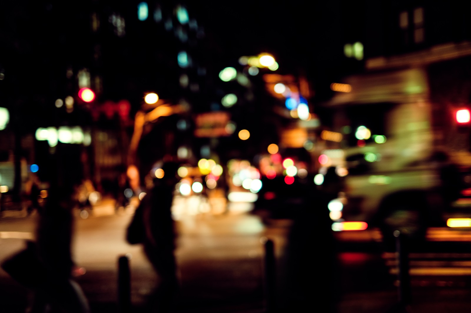「帰宅者と交通量の多い大通り」の写真