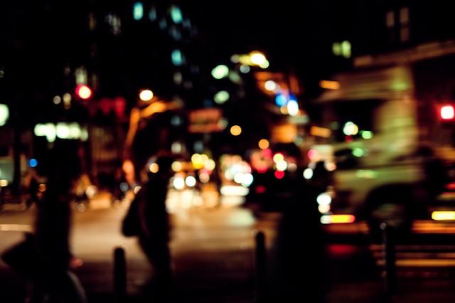 帰宅者と交通量の多い大通りの写真