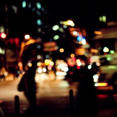 「帰宅者と交通量の多い大通り」の写真素材