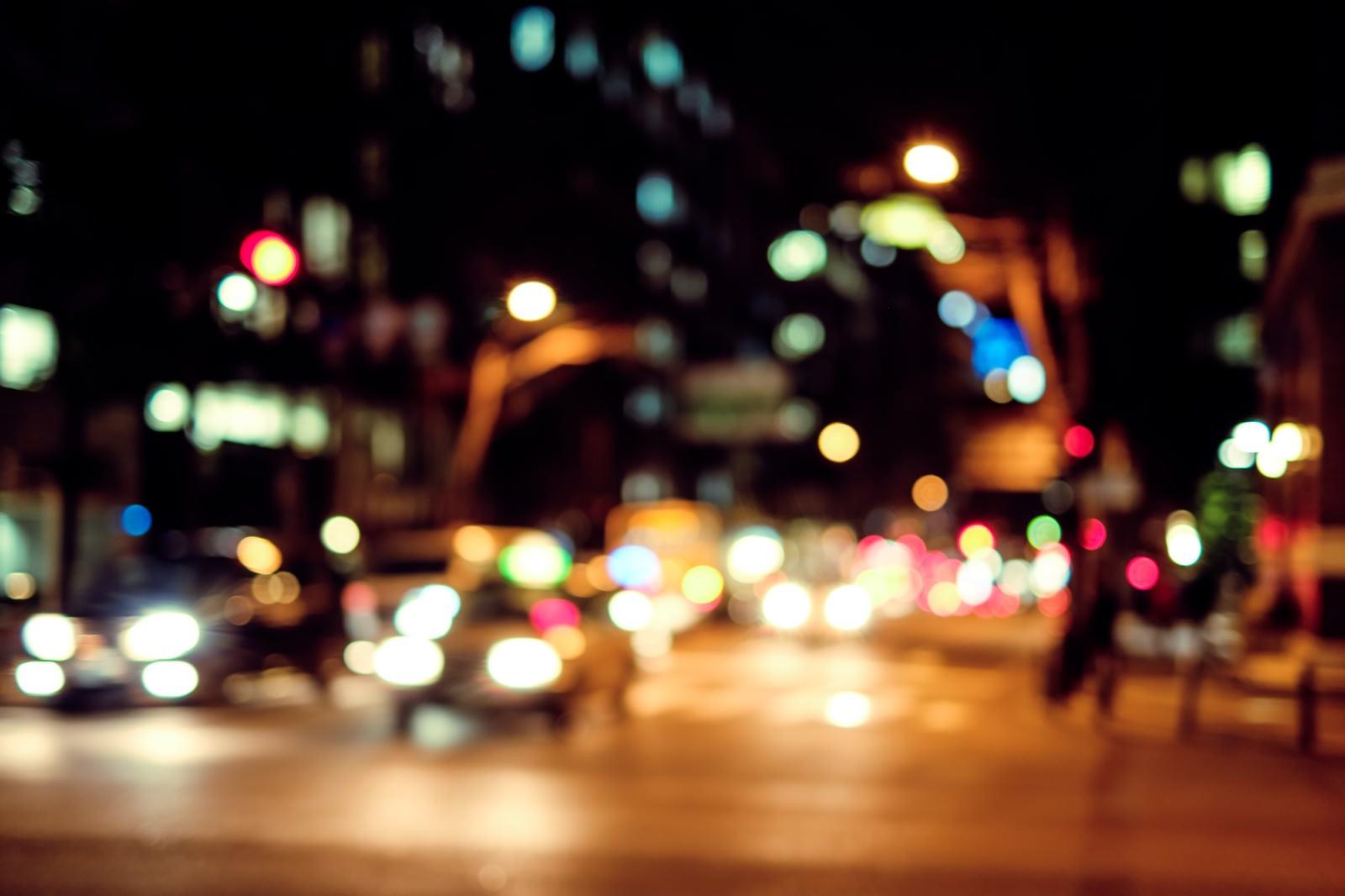 「夜間、交通量の多い大通り」の写真