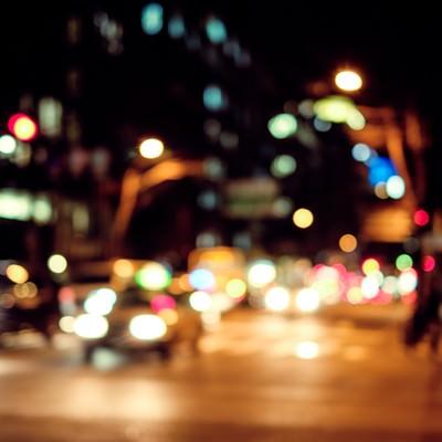 「夜間、交通量の多い大通り」の写真素材