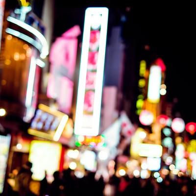 夜のネオン街の写真