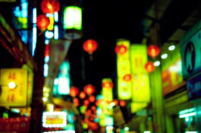 夜の繁華街の看板の写真