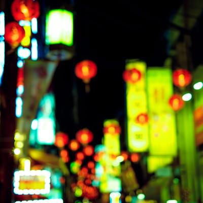 「夜の繁華街の看板」の写真素材