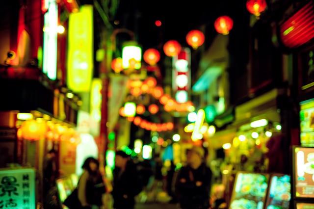街のネオンと人の写真