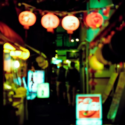 「裏手に酒場」の写真素材