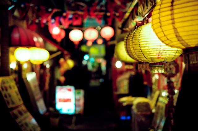 飲み屋街の提灯の写真