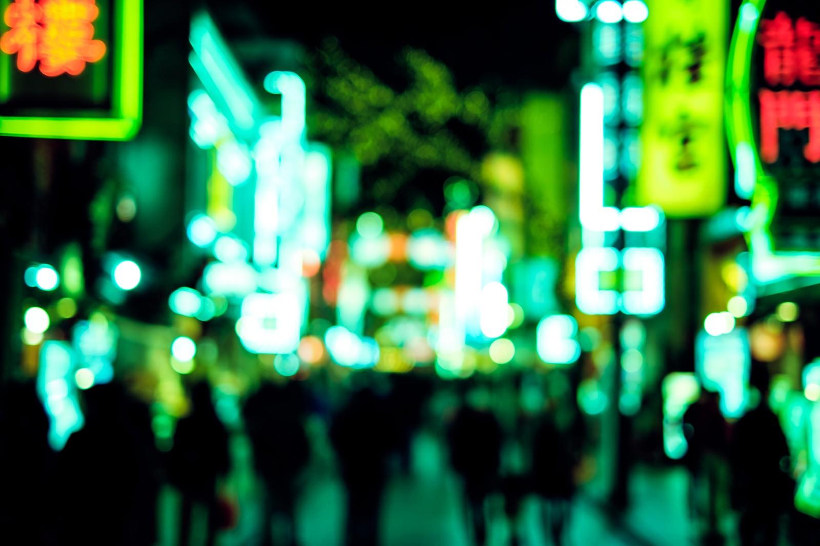 「緑色に光り輝く中華街のネオン」の写真