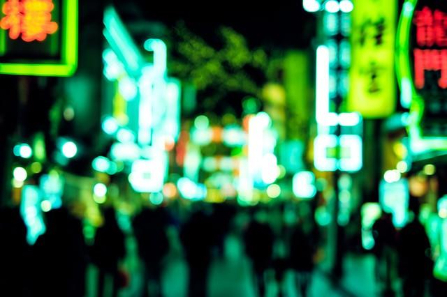 緑色に光り輝く中華街のネオンの写真