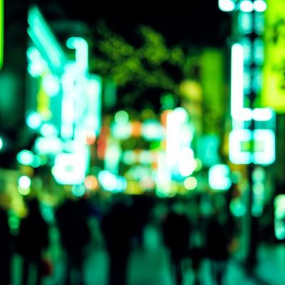「緑色に光り輝く中華街のネオン」の写真素材
