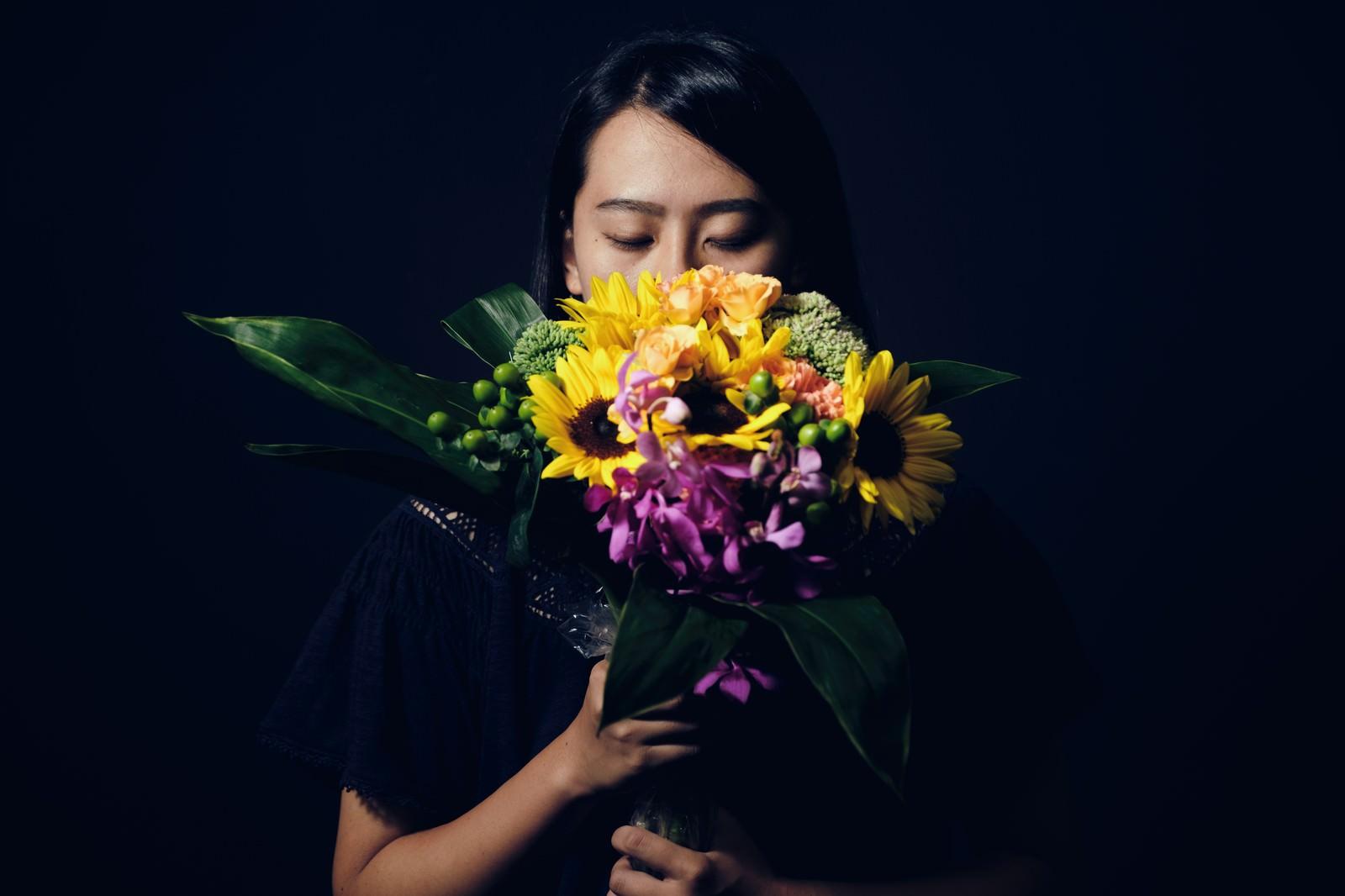 「花束を持ち目を閉じてる沈黙女子」の写真[モデル:Mizuho]