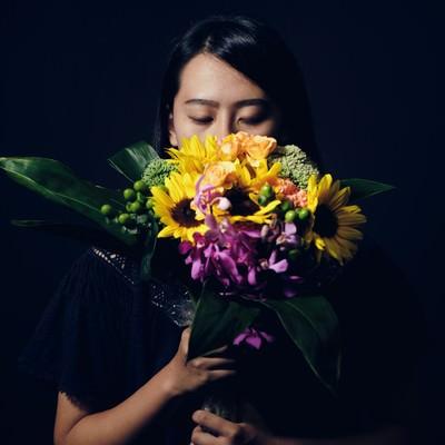 花束を持ち目を閉じてる沈黙女子の写真