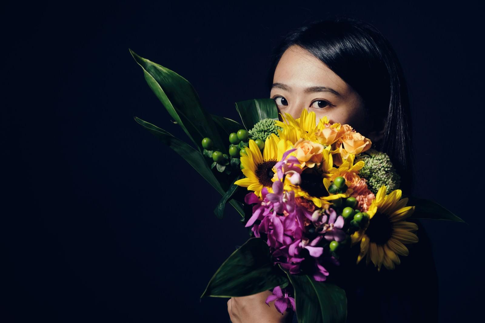 「花束越しの視線」の写真[モデル:Mizuho]