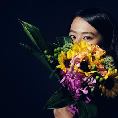 「花束越しの視線」の写真素材