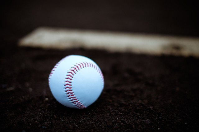 プレート横に置かれた硬球の写真