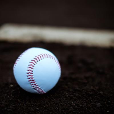 「プレート横に置かれた硬球」の写真素材