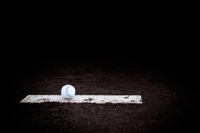 ピッチャープレートとボールの写真