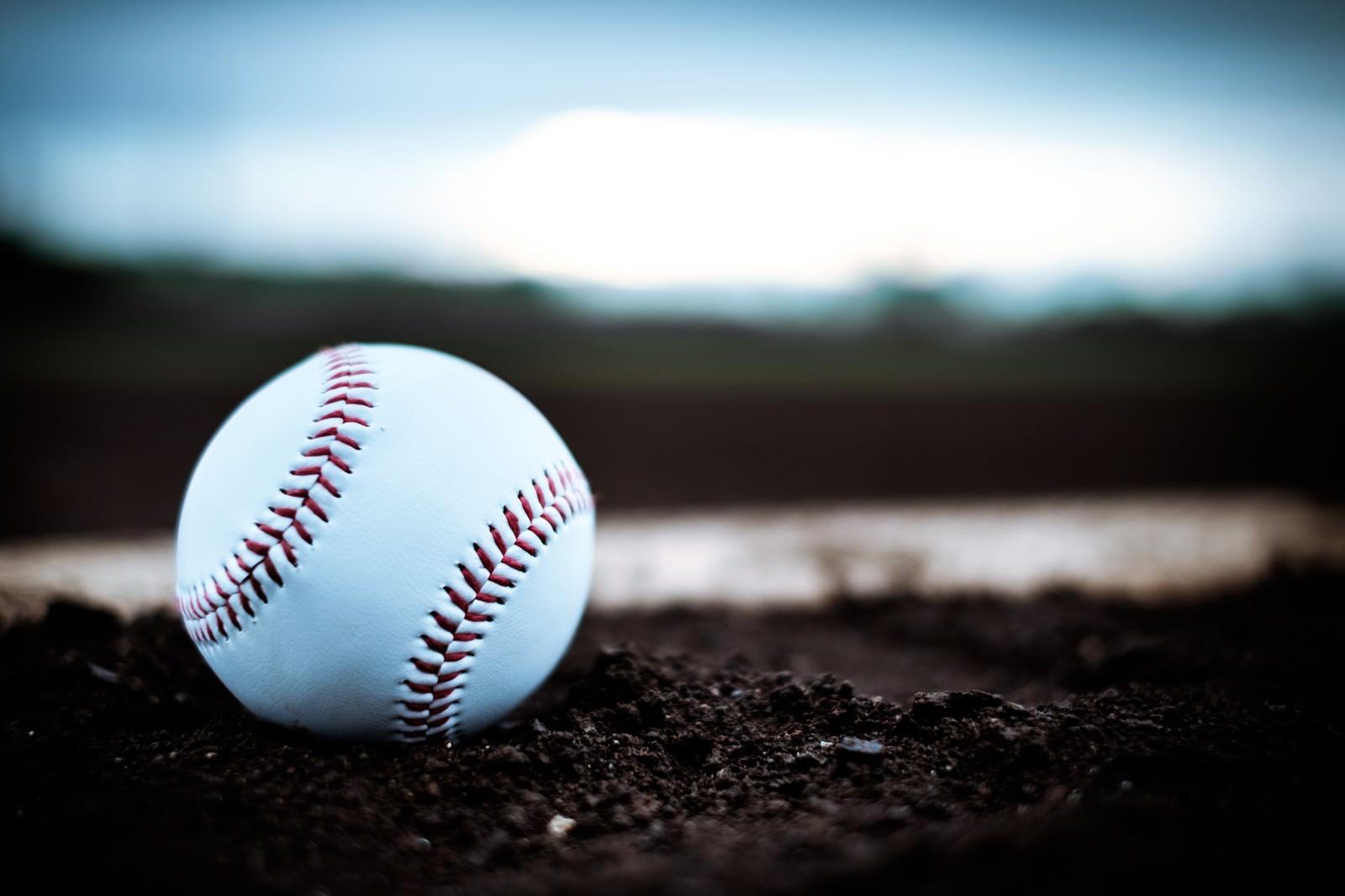 「マウンドに転がる硬球」の写真
