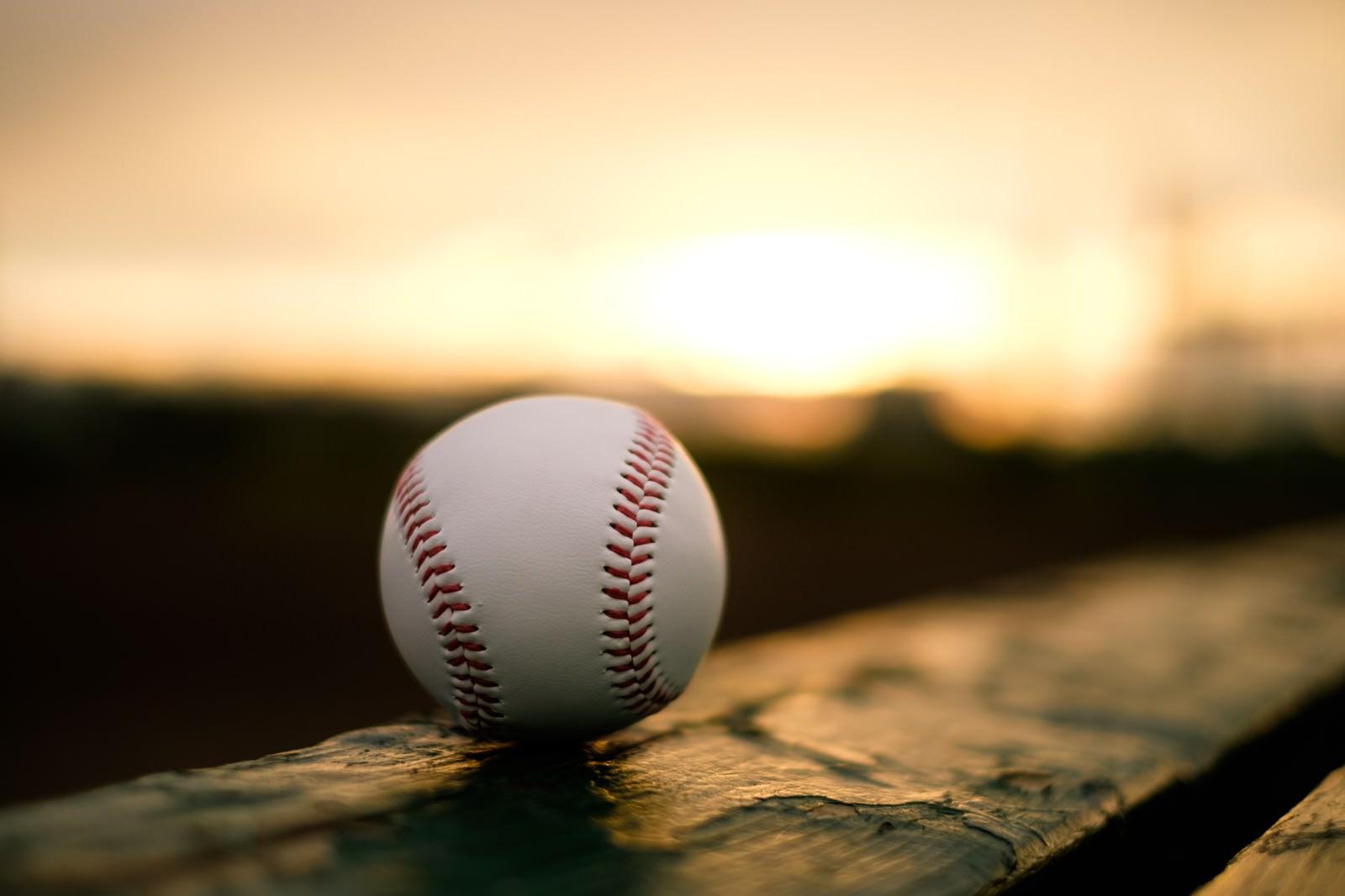 「部活が終わる夕暮れ時、置き忘れた硬球」の写真