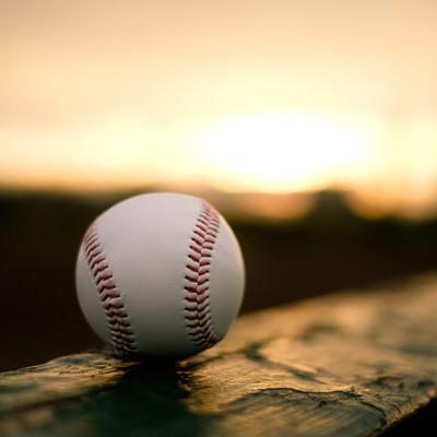 「部活が終わる夕暮れ時、置き忘れた硬球」の写真素材