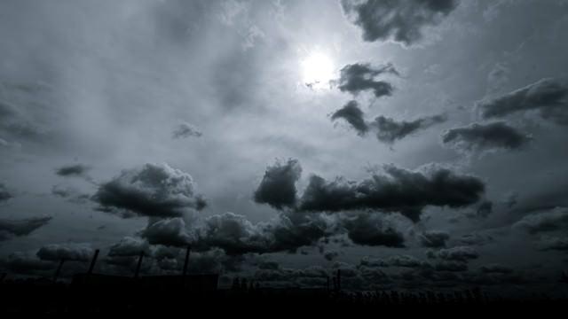 怪しい雲行きの写真