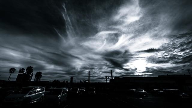 駐車場からの雲行き(モノクロ)の写真