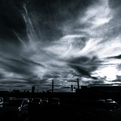 「駐車場からの雲行き(モノクロ)」の写真素材