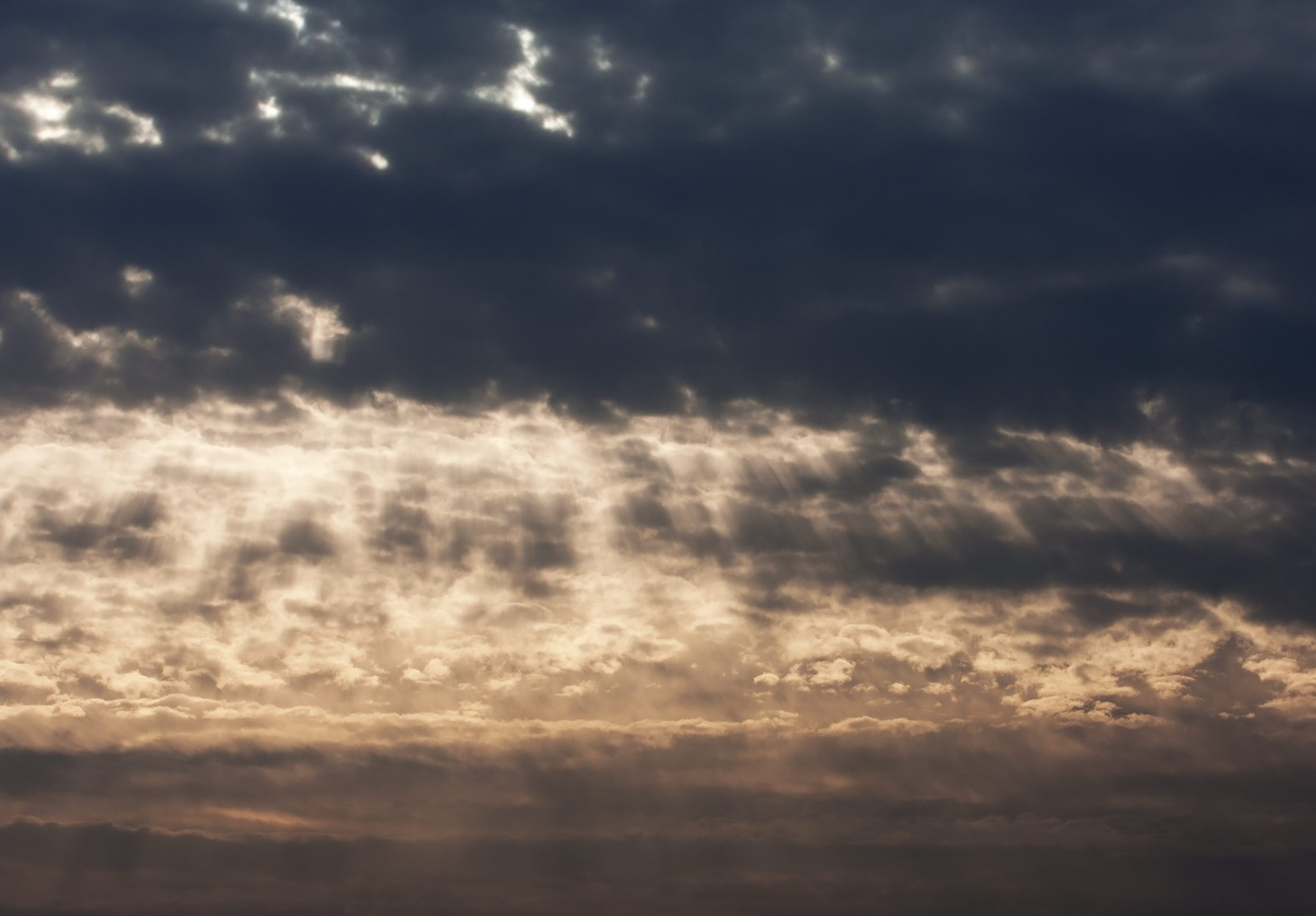 「天使のはしご...?(夕暮れの雲)」の写真