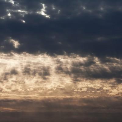 「天使のはしご...?(夕暮れの雲)」の写真素材