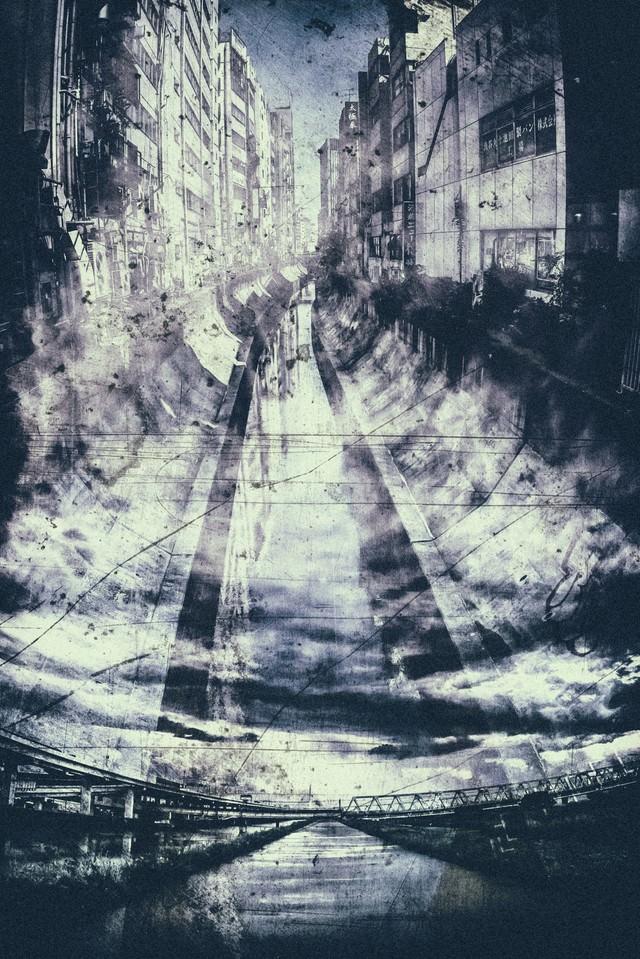 ビルに挟まれ流れる川(フォトモンタージュ)の写真