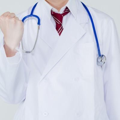 白衣を着た医者から励まされるの写真