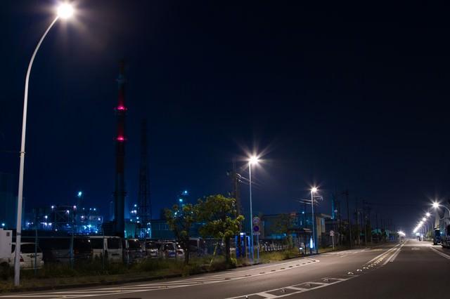 夜の工業地帯幹線道路の写真