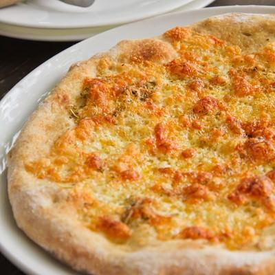 「ピザとピザカッター」の写真素材