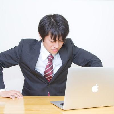 「ガタッ!っと席を立つサラリーマン」の写真素材