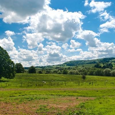 「スードリー城の牧場と青い空」の写真素材