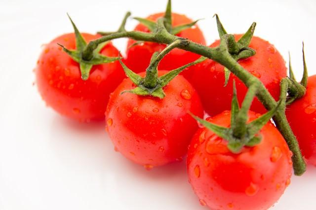 茎がついたミニトマトの写真