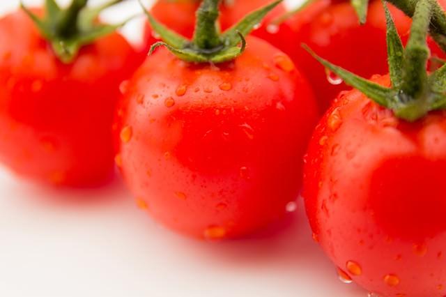 フレッシュな赤いミニトマトの写真